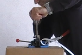 Flejadora cortando fleje