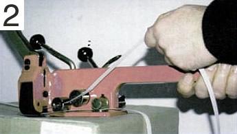 Colocar fleje en máquina para flejar palets